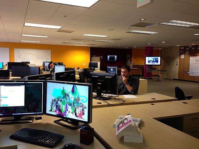 Des bureaux open-space avec des PC bien entretenus