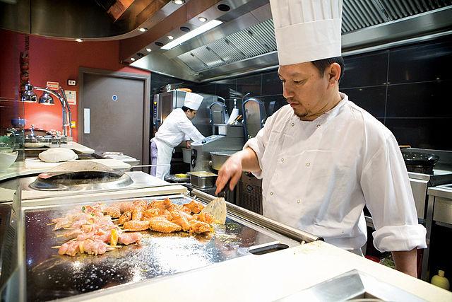 Un chef dans sa cuisine, bien équipée