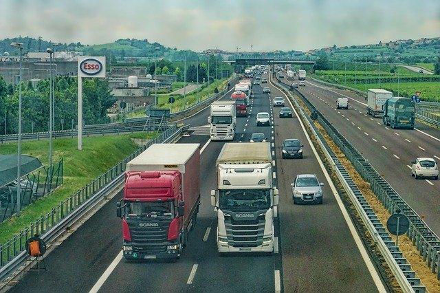 camions sur une autoroute